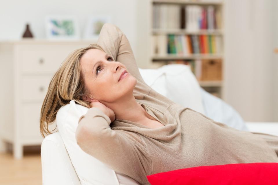 ltere frau entspannt zuhause auf dem sofa